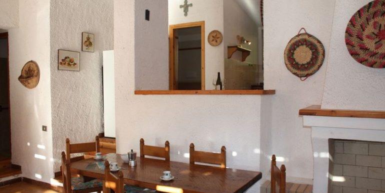 Rustico-Costa-Paradiso-soggiorno-tavolo