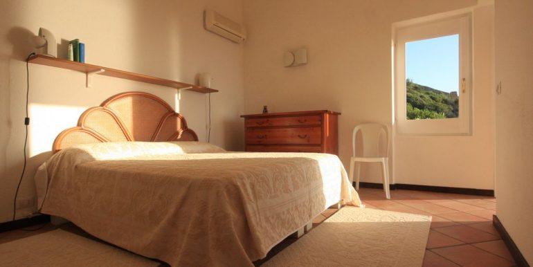 villa-anna-costa-paradiso-master-bedroom