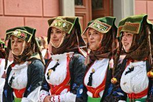 donne-con-vestiti-tradizionali